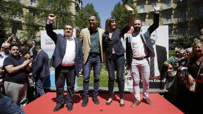 Pedro Sánchez (second from left) at a campaign rally in San Sebastián.
