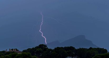 Lightning strikes the island of Dragonera during the storm in the Mallorca municipality of Andrach.