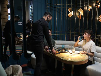 A former drinks bar in Madrid, Tanqueray Room/Larios Café, has been converted to a restaurant in an effort to overcome the crisis.
