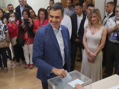 Acting PM Pedro Sánchez voting on May 26.
