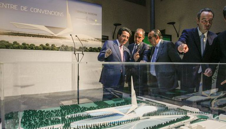 Calatrava (l) shows local politicians his planned convention center project back in 2008.