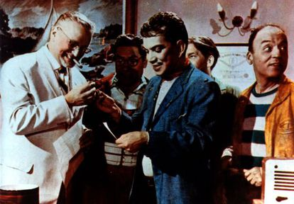 Mario Moreno Reyes (c), better known as Cantinflas, in a scene from The Illiterate One.