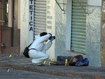 A forensics photographer at a crime scene in Cuernavaca, Morelos.