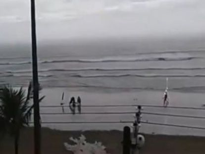 The victim, aged 25, was seriously injured while walking along the shoreline near São Paulo