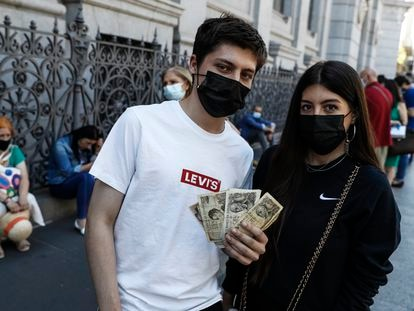 Mario Rodríguez, 18, together with his sister Alba, 23, wait in line at the Bank of Spain earlier this year to exchange their pesetas for euros.
