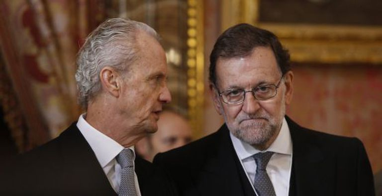Mariano Rajoy (r) talks with Defense Minister Pedro Morenés at the annual Pascua Militar military ceremony on Wednesday.
