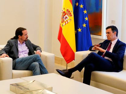 Podemos leader (l) Pablo Iglesias and acting Prime Minister Pedro Sánchez.