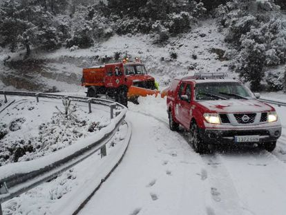 A snow plow in Els Ports, in the Valencian province of Castellón.