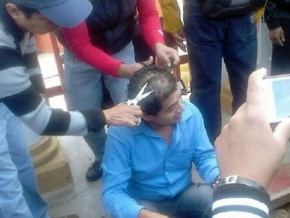 Alleged members of the CNTE clip off a teacher's hair in Chiapas.