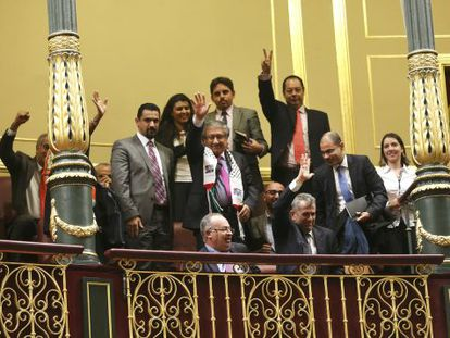 Palestinian representative in Spain, Musa Amer Odeh (c), was present during Tuesday's vote in Congress.