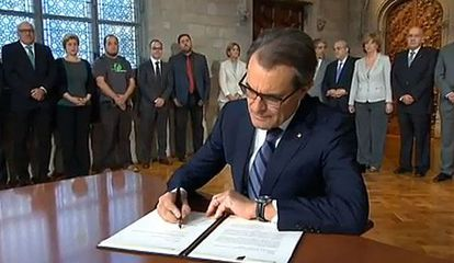 Artur Mas signs the decree on Saturday morning.