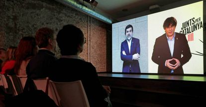 Carles Puigdemont (r) in a video conference on April 22.