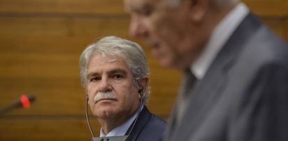 Foreign Minister, Alfonso Dastis, listens to his counterpart, Teodor Melescanu, during a meeting in Bucharest.