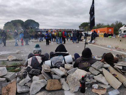 Barricades on the AP-7 near Salt, Girona.