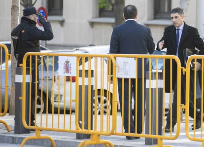 Josep Lluís Trapero (r) arrives at the Supreme Court.