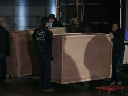 Boxes arrive at the Lleida Museum to transport the works.