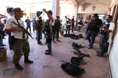Self defense forces take over the mayor's office in Parácuaro.