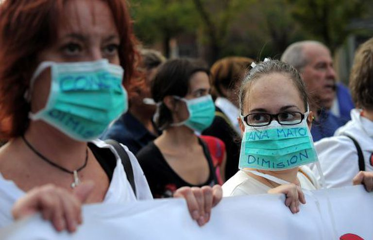 Health workers protest outside the Carlos III hospital on Wednesday.