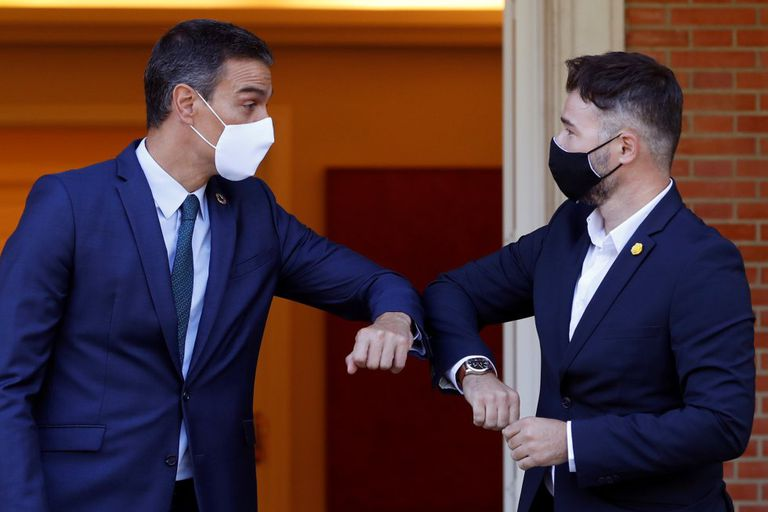 Spanish PM Pedro Sánchez (l) bumps elbows with ERC congressional spokesperson Gabriel Rufián.