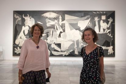 Isabel Almazán and Beatriz Ganuza, pictured on Thursday in front of Picasso's 'Guernica' in Madrid's Reina Sofía museum.