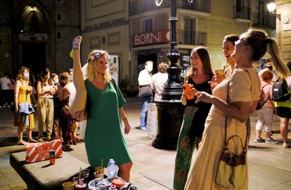 Tourists drinking on the street in the Born neighborhood in Barcelona.