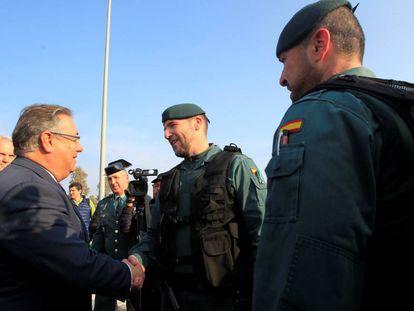 Interior Minister Juan Ignacio Zoido greets Civil Guard and National Police members.