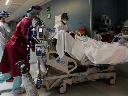 A coronavirus patient is moved in Navarre's Complejo Hospitalario on Saturday.