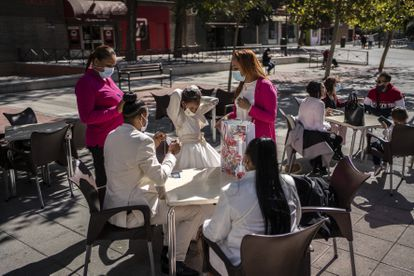 A family celebrating their daughter's First Communion in Vallecas (Madrid) on Saturday, when a perimetral confinement went into effect.
