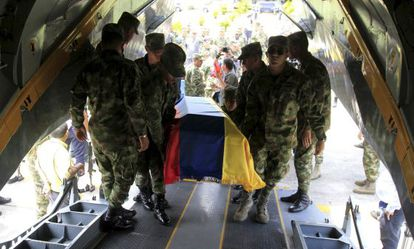 The bodies of Colombian soldiers are moved in 2014.