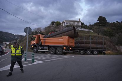A truck with pipes that will be used to reach the well arrives in Totalán.