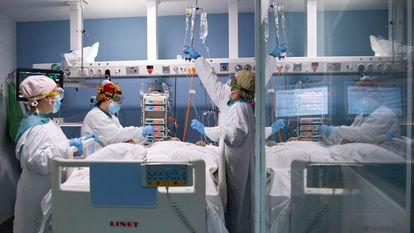 Health workers with a Covid-19 patient in an intensive care unit of a Barcelona hospital.