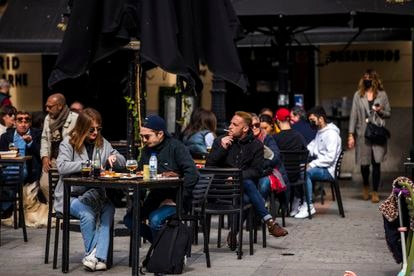 A sidewalk café in Madrid where most patrons are not wearing face masks.