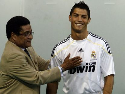 Eusébio with Cristiano Ronaldo in 2009.