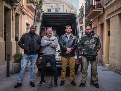 Miembros del equipo de Desokkupa tras un desalojo en Barcelona.