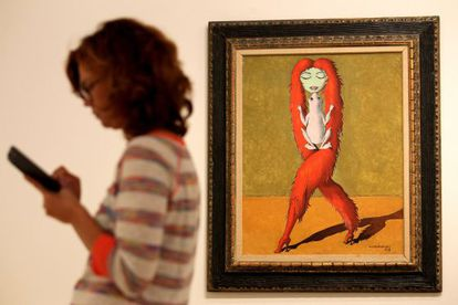 A gallery-goer wanders past Objet qui rêve II (1938) by Victor Brauner at the Thyssen show.