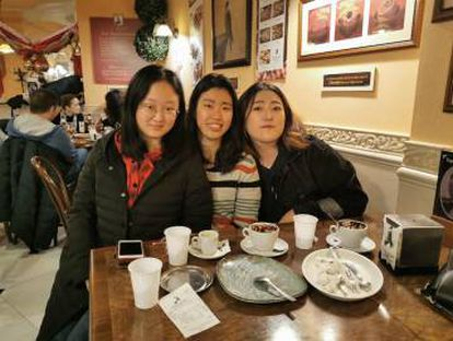 Friends of the deceased, Yeni and Satomi, and Jihyun (right), the victim of falling masonry in Madrid at a café in Valladolid.