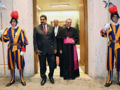 Nicolás Maduro heads to a meeting with Pope Francis.