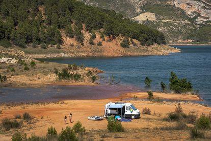 A camper van at Benagéber Dam in the Valencia region.