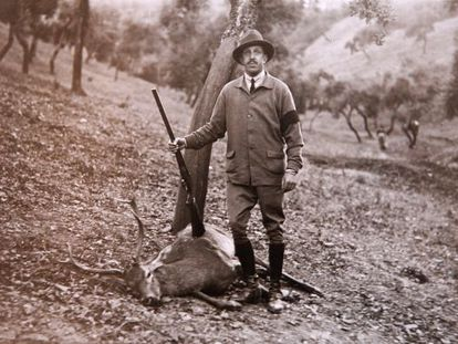 King Alfonso XIII hunting in Palma del Río (Córdoba province), in a 1929 photograph taken by Cecilio Sánchez del Pando.