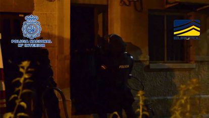 Spanish police arresting one of the suspects.