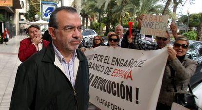 The ex-director-general of CAM, Roberto López Abad, is booed by protestors in Alicante.