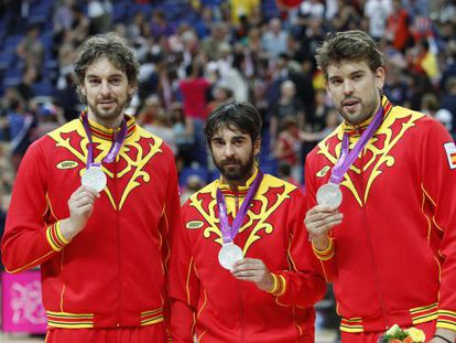 Pau Gasol, Juan Carlos Navarro and Marc Gasol show their silver medals after Spain's 107-100 loss to USA.
