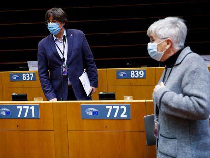 European deputies Carles Puigdemont and Clara Ponsatí in the European Parliament on Monday.