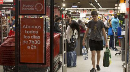 People shopping at the Carrefour supermarket in Lavapiés on a Friday evening.