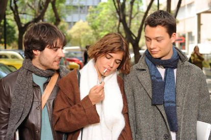 Biel Duran, Adriana Ugarte and Nilo Mur are all in a relationship in the 2008 movie '3some.'