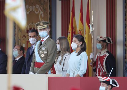 (l-r) Spanish Prime Minister Pedro Sánchez, King Felipe, Infanta Sofía and Queen Letizia oversee the military parade.