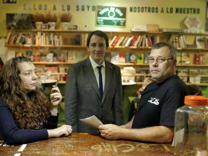 Pedro Pérez (r), the founder of the La Santa le Club cannabis association, with lawyer Bernardo Soriano, who is a member of the platform Regulación Responsable.