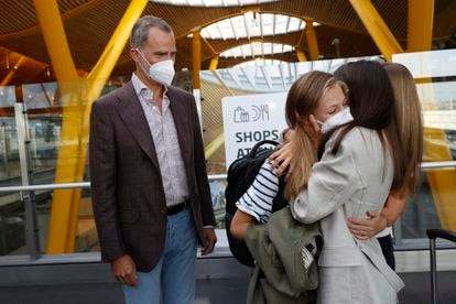 La princesa Leonor abraza a su madre, la reina Leticia y a su hermana, la princesa Sofía, mientras su padre, el rey Felipe VI, mira en el aeropuerto de Madrid-Barajas.