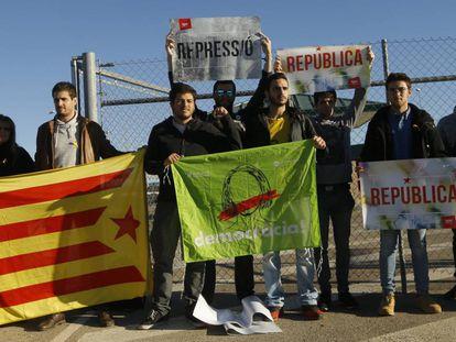 Protest outside Estremera prison in Madrid.