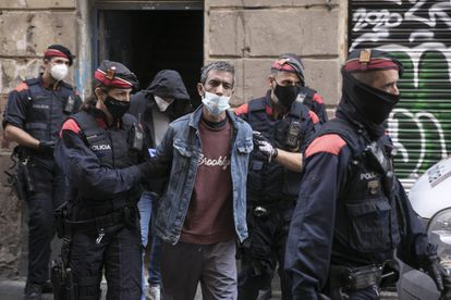 A man is arrested during a joint operation by the Mossos d'Esquadra, the National Police and the municipal police in Barcelona's Raval district.